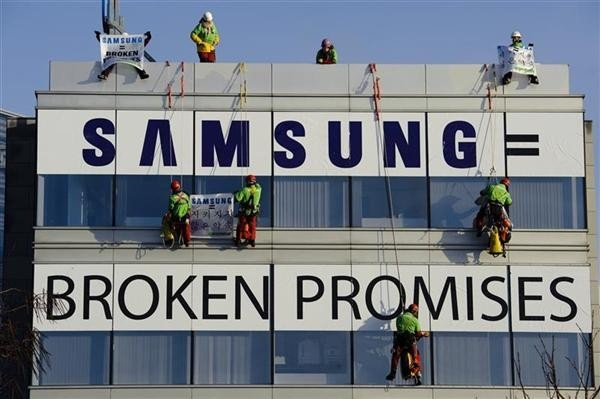 Greenpeace climbers expose Samsungs toxic broken promises